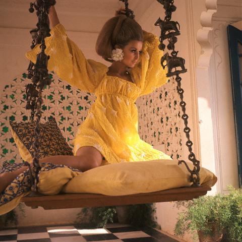 model purtand o rochie Rudi Gernreich, fotografiata de Henry Clarke in 1967