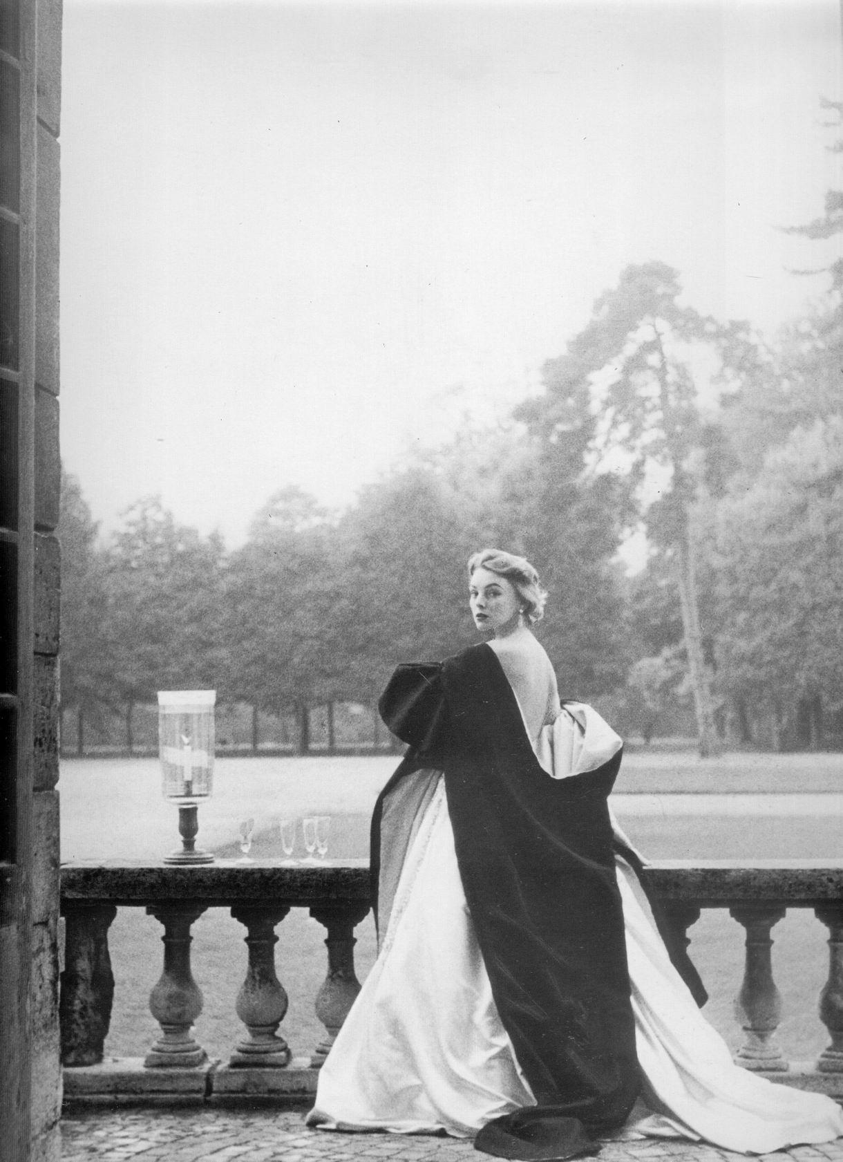 Margaret Philips pentru Givenchy, fotografiata de Henry Clarke in 1952