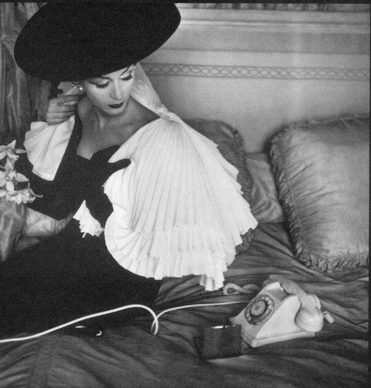 Dovima pentru Jacques Fath, fotografiata de Henry Clarke in 1956