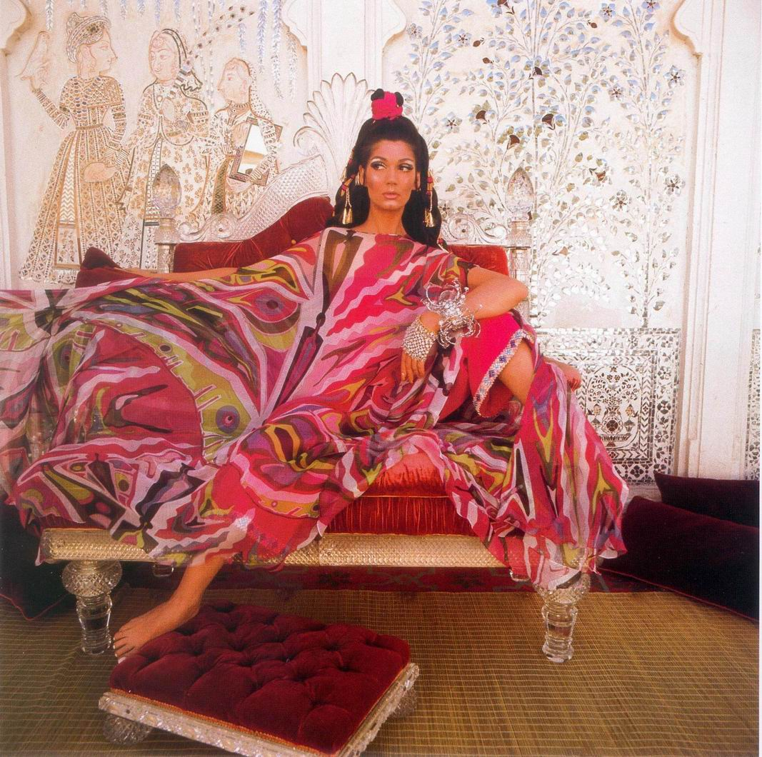 Simone Daillencourt intr-un kaftan Emilio Pucci, fotografiata de Henry Clarke in 1967