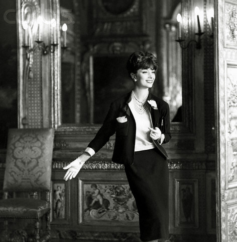 Creatoarea Marie Helene Arnaud, intr-un taior Chanel, in 1959
