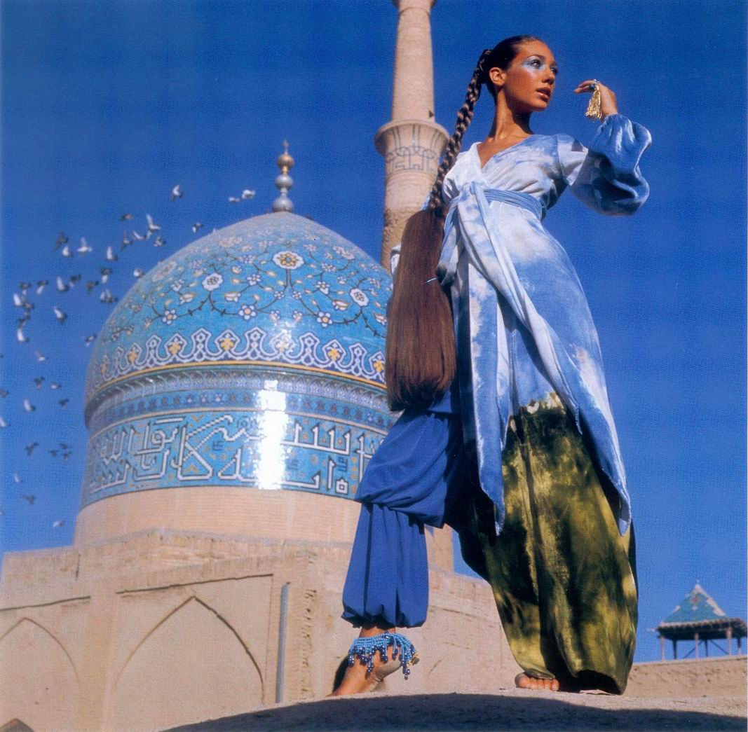 Marisa Berenson intr-o salopeta Halston, fotografiata de Henry Clarke in 1969