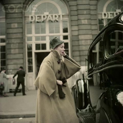 Model purtand o haina Griffe, fotografiata de Henry Clarke in 1951