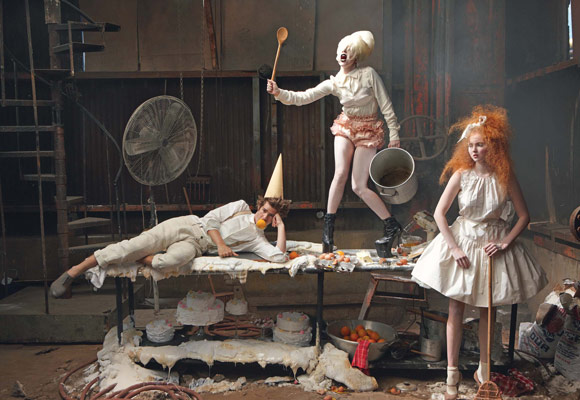 "Lily Cole si Andrew Garfield (plus Lady Gaga) in pictorialul ""Little Girl and Boy lost"" pentru Vogue US decembrie 2009; fotograf Annie Leibovitz, stilist: Grace Coddington"