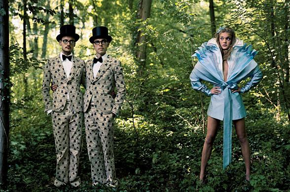 Alice in Tara Minunilor - Natalia Vodianova pentru Vogue decembrie 2003; fotograf: Annie Leibovitz