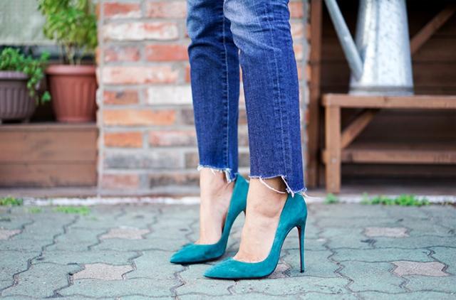 frayed-raw-hem-jeans